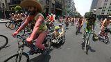 Città del Messico, centinaia di ciclisti nudi contro l'inquinamento