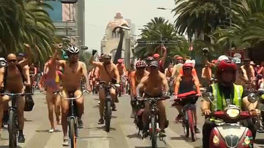 Meztelen biciklis felvonulás Mexikóban