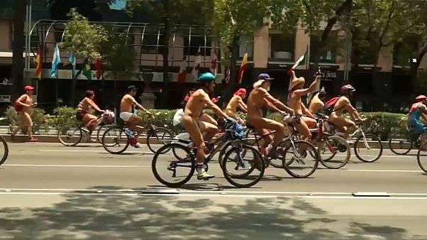 Ciclistas nus em protesto na Cidade do México