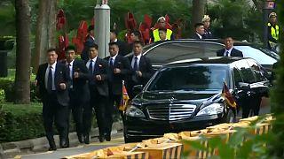 شاهد: حراس كيم جونغ أون يهرولون مجددا وراء الزعيم في سنغافورة