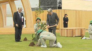 """امبراطور وامبراطورة اليابان في رحلة """"تشجير"""" لثلاثة أيام"""