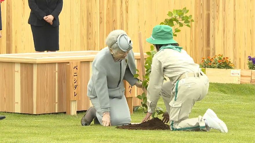 Imperadores do Japão plantam árvores em Fukushima