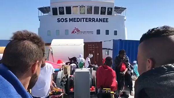 Nem engedik kikötni a menekülthajót