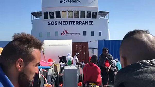 Судно с сотнями мигрантов в поисках причала