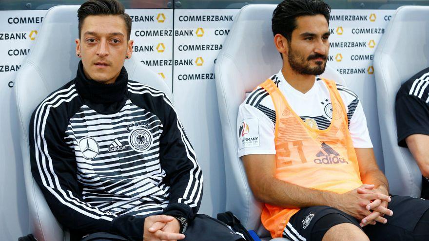 Merkel'den Mesut Özil ve İlkay Gündoğan'a destek