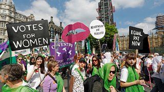 İngiltere'de kadınlar 'Sufrejet'in 100'üncü yıldönümü için yürüdü