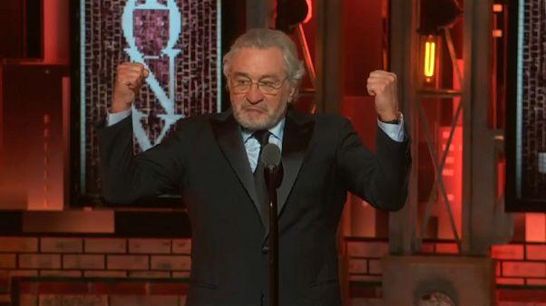 شاهد: روبرت دي نيرو يسب ترامب على الهواء مباشرة
