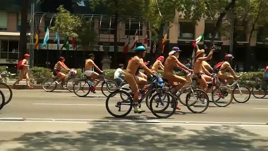 Meksika: Çıplak bisikletçiler yoğun otomobil kullanımını protesto etti