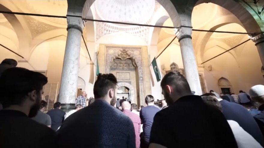 شاهد: مسلمون يحيون ليلة القدر في سراييفو