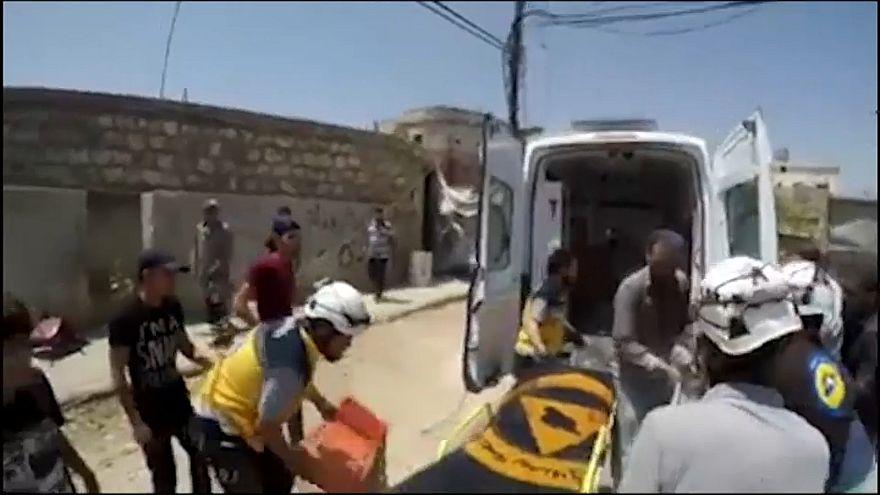 مسعفون ينقلون المصابين جراء القصف