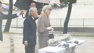 A fukusimai áldozatok emléke előtt tisztelgett a japán császár