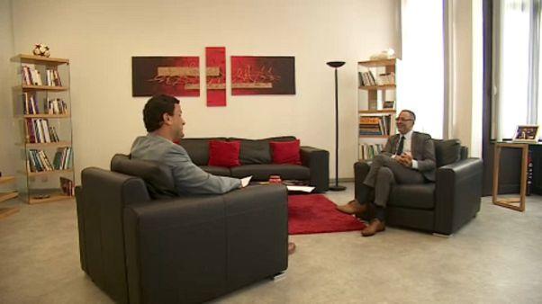 Rashid Madrane minisztert az Euronews riportere kérdezi