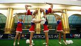 Cheerleader bei einem Freundschaftsspiel in der St. Petersburger Metro