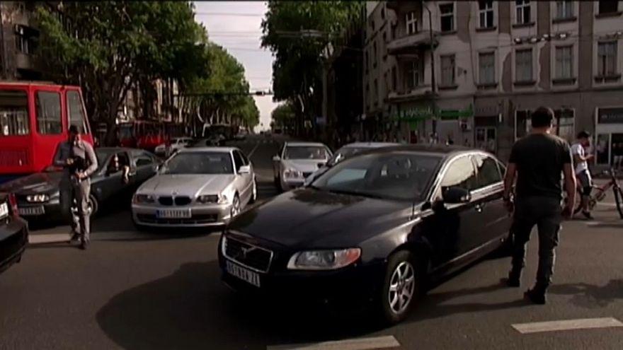 Los conductores serbios bloquean calles y autopistas
