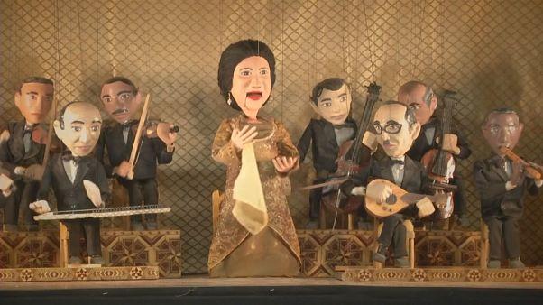 El homenaje de un teatro de marionetas a la reina de la música árabe, Umm Kalzum