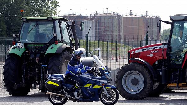 Des agriculteurs français bloquent des dépôts de carburant