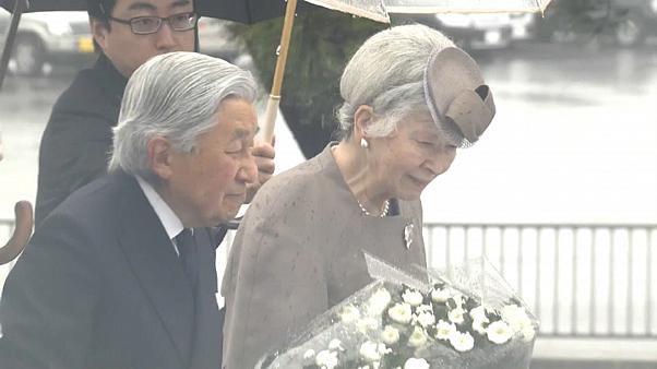 Tsunami in Fukushima: Kaiser Akihito gedenkt der Opfer