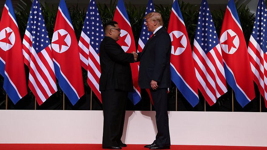 مشهد للتأريخ: ترامب وكيم جونغ أون يتصافحان بمقر قمتهما التاريخية في سنغافورة