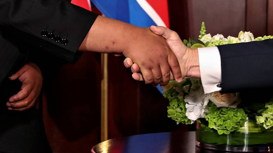 Cumprimento histórico entre Kim e Trump