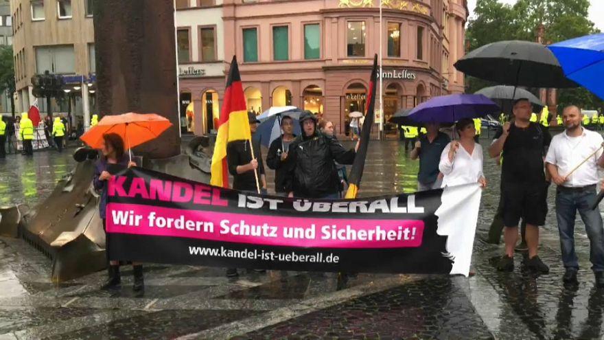 """Chiudiamo le frontiere tedesche!"": destra populista in piazza"