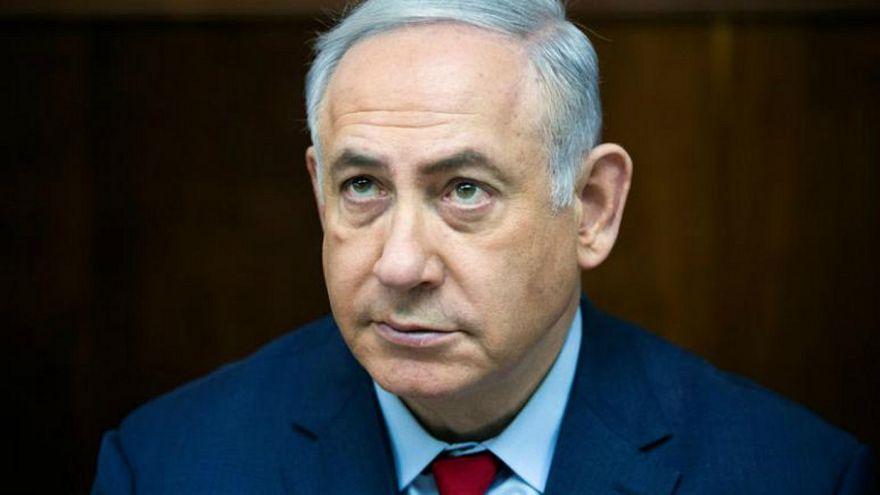 الشرطة الإسرائيلية تستجوب نتنياهو حول قضية فساد ومحتجون يطالبونه بالاستقالة