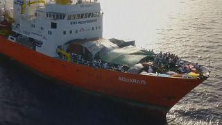 """شاهد: سفينة """"أكواريوس"""" تطمح لنقل بعض المهاجرين إلى سفن إيطالية"""