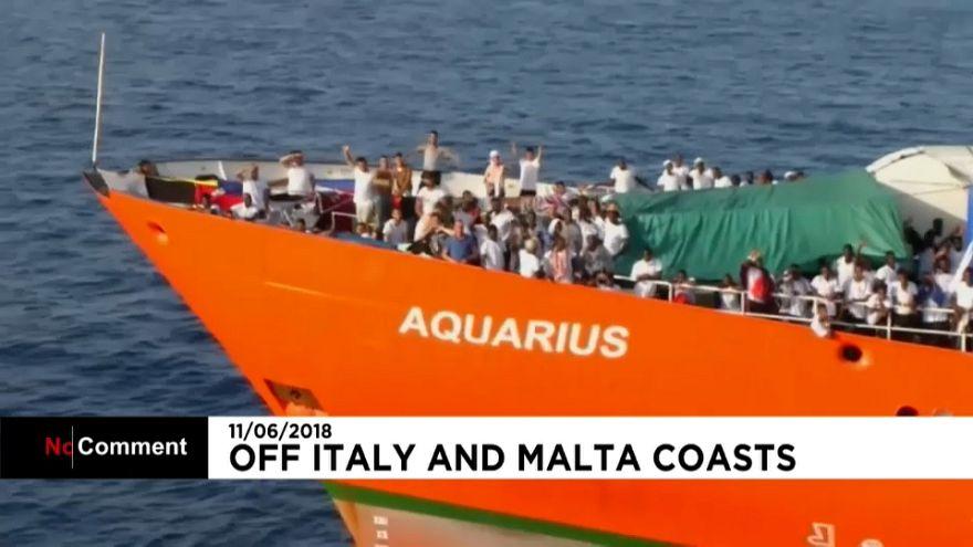 Aquarius: Alguns migrantes estão a ser transferidos para navios mais pequenos