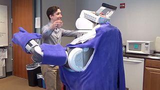 روباتی که آغوش خود را به روی انسانها باز می کند