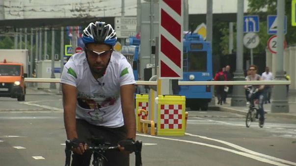 سعودي يقود دراجته من الرياض إلى موسكو لتشجيع بلاده بالمونديال