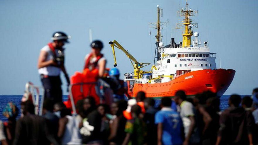 مئات المهاجرين يبحرون باتجاه إسبانيا بعد غلق إيطاليا موانئها أمامهم