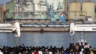 پناهجویان نجات یافته در کشتی آکواریوس در دریای مدیترانه