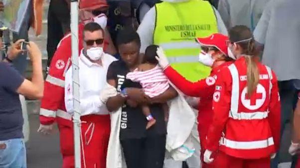 Στην Κατάνια εκατοντάδες μετανάστες με σκάφος της ιταλικής ακτοφυλακής