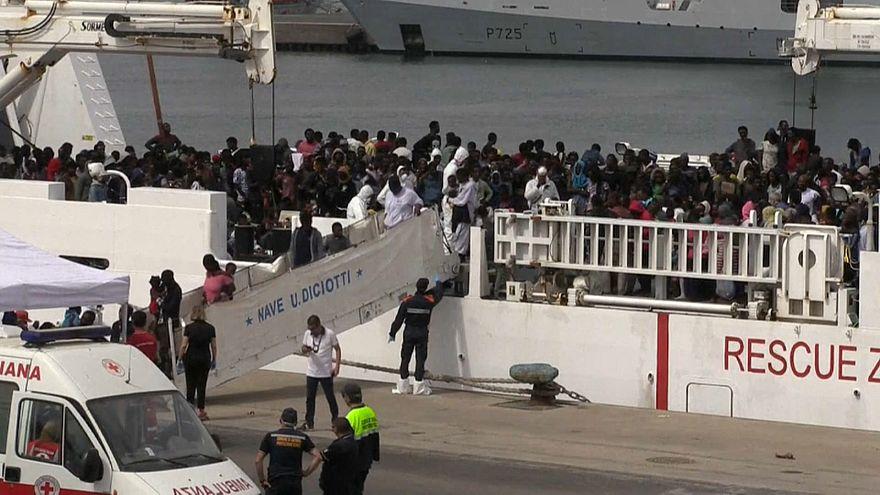 Barco com migrantes atraca no porto de Catânia