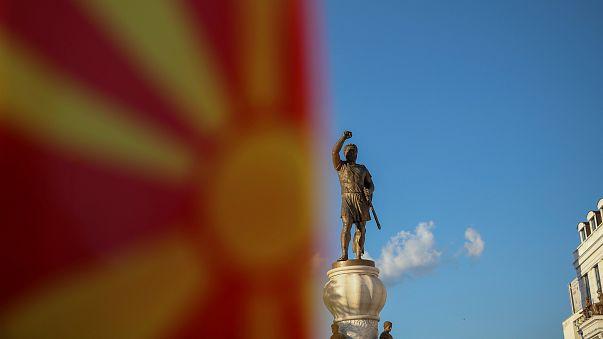 پرچم مقدونیه در کنار مجسمه جنگجوی مقدونیه