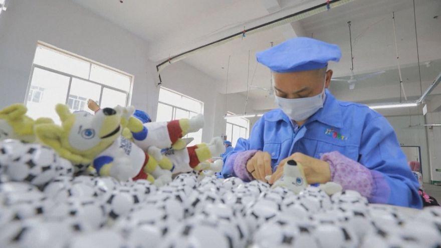 شركة صينية تنجح في تصنيع الملايين من دمى تميمة كأس العالم 2018