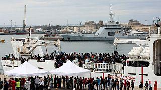 Akdeniz'de kurtarılan 900 göçmen İtalya'ya getirildi