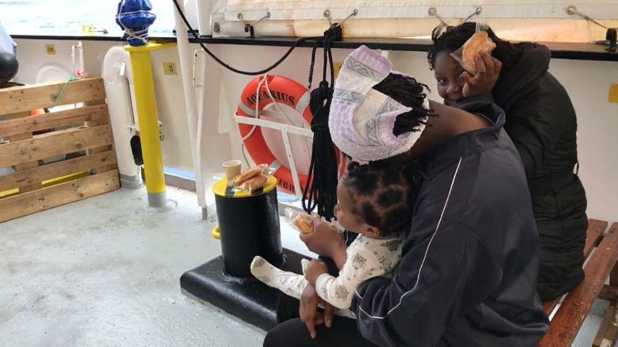 Müsliriegel und Obst: Leben an Bord der Aquarius