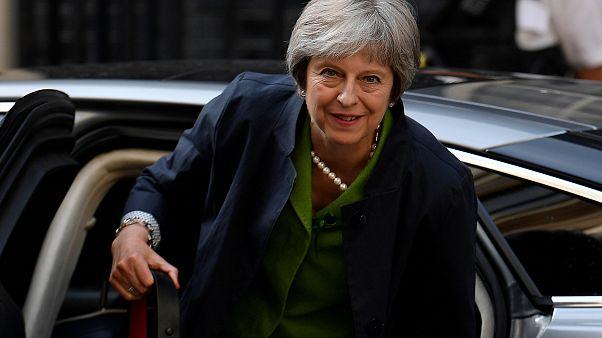 May besteht Brexit-Machtprobe - knapp