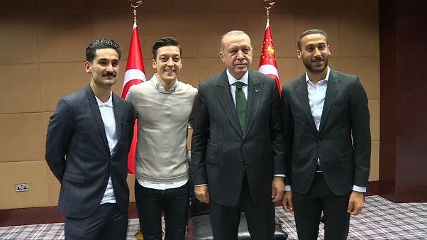 لوف: أوزيل وغوندوغان عانيا نفسيا بسبب صورة إردوغان