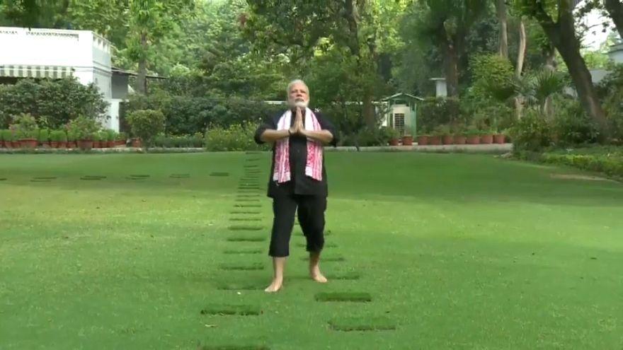 شاهد: رئيس وزراء الهند يتريض ويصلي لبوذا  في حديقة قصره