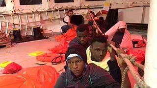 Unterwegs nach Spanien - Flüchtlingsschiff Aquarius in schwerer See