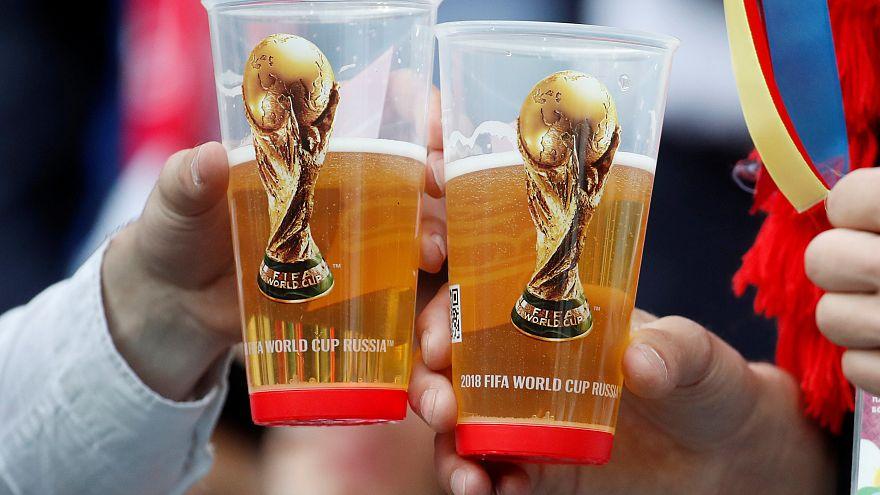 Fußballfans aus aller Welt feiern in Moskau