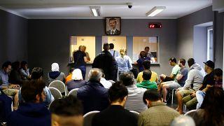 لاجئون سوريون بالسفارة السورية في برلين يوم السابع من يونيو حزيران 2018