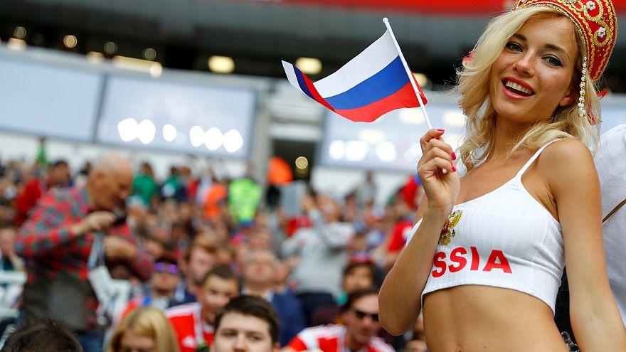 مشجعة روسية تحتفل بفوز منتخبها
