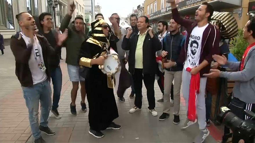 جماهير مصرية في إيكاترينبيرغ تشجع منتخب بلادهم