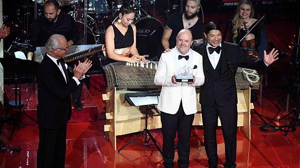 متالیکا و انستیتوی ملی موسیقی افغانستان مشترکا نوبل موسیقی گرفتند