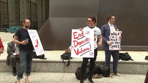 المحامون يتظاهرون في شيكاغو ضد الاغتصاب والاعتداء الجنسي
