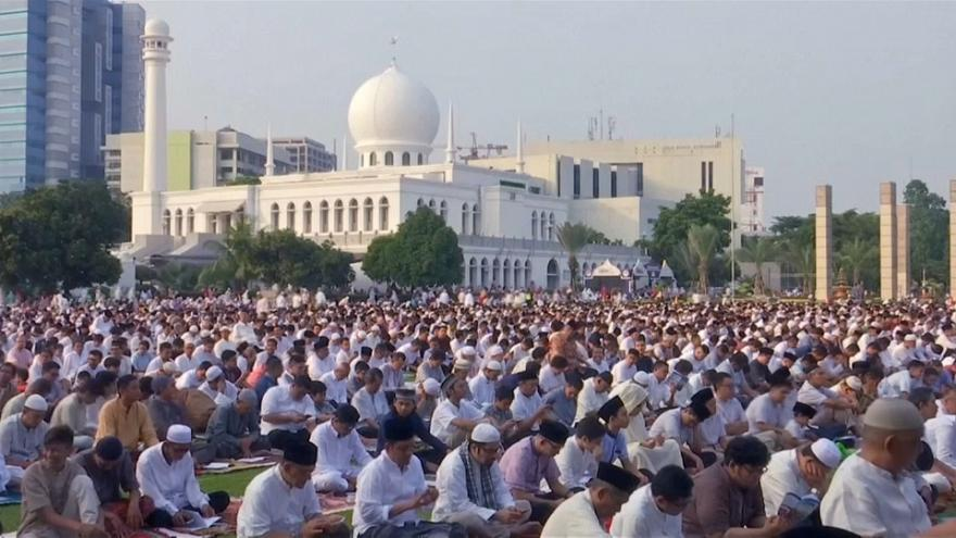 المسلمون يحتفلون بعيد الفطر