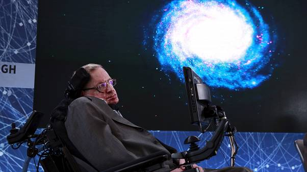 ستيفن هوكينغ يودع الفضاء برسالة سلام بصوته