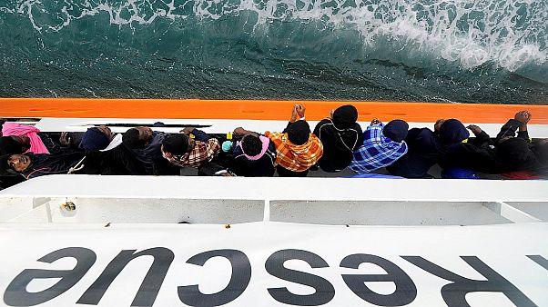 اللاجئون على متن القارب